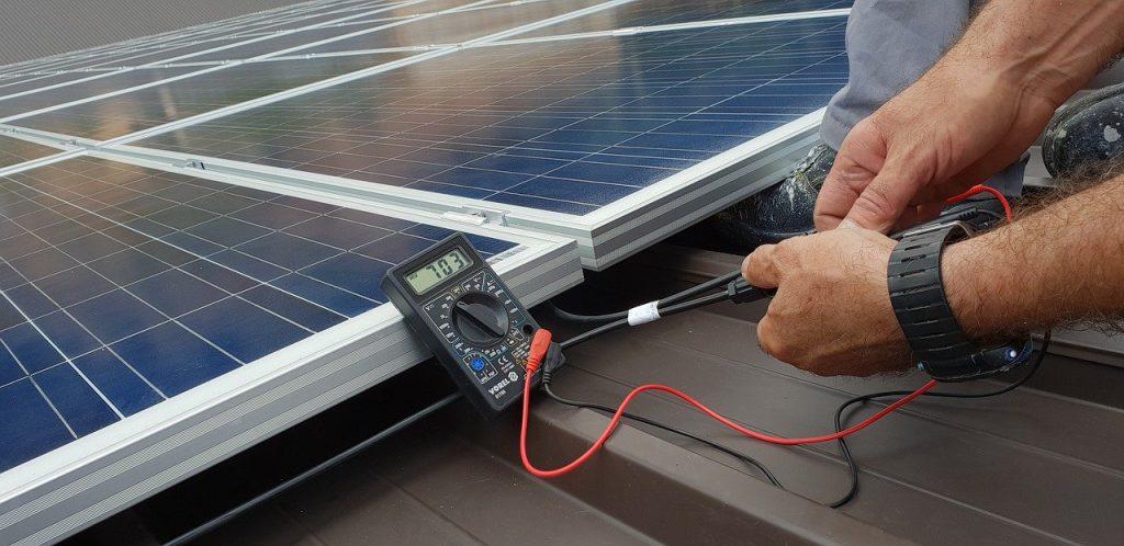 Scope 12 inspectie aan zonnepaneel installatie met multimeter